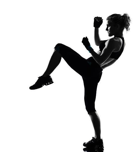 Femme d'entraînement fitness prêt à se battre de frappe posture - Photo