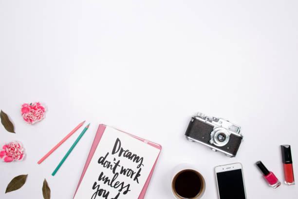 frau arbeitsbereich mit handschriftlichen zitat notebook, rosa nelke blume, smartphone, lippenstift auf weißem hintergrund. flach legen, top aussicht. - rosa zitate stock-fotos und bilder