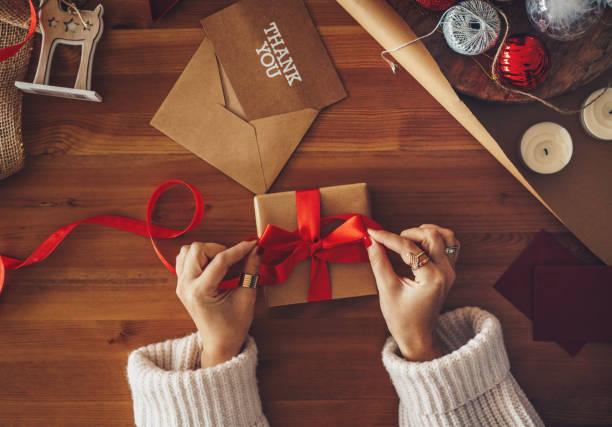 Frau wickelt ein Weihnachtsgeschenk – Foto