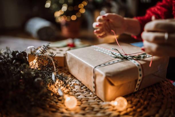 kobieta owijanie prezenty świąteczne - gift zdjęcia i obrazy z banku zdjęć