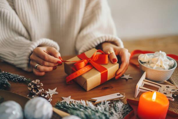 kvinna inslagning julklappar hemma - cozy at christmas bildbanksfoton och bilder