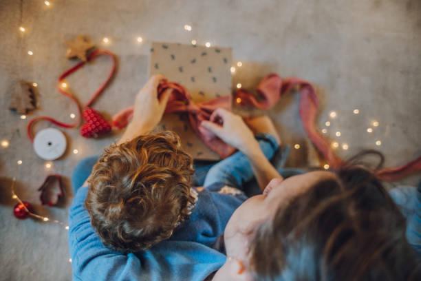 frau verpacken geschenke - basteln mit kindern weihnachten stock-fotos und bilder