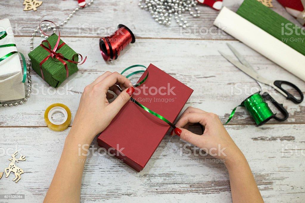 Donna moderna presenta la confezione regali di Natale a casa foto stock royalty-free