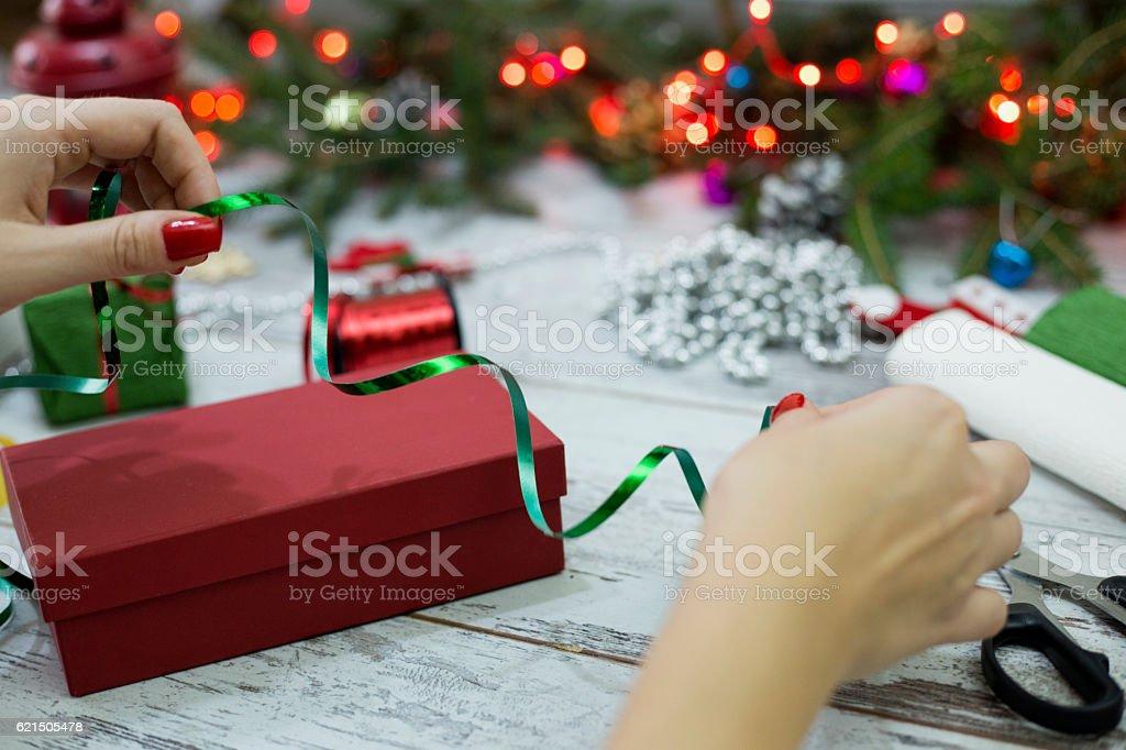 Femme emballage des cadeaux de Noël présente à la maison photo libre de droits