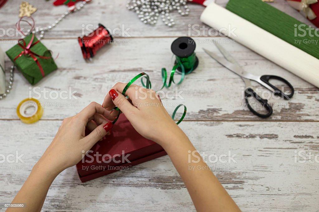Frau Verpackung moderne Weihnachten Geschenke Geschenke wie zu Hause fühlen. Lizenzfreies stock-foto