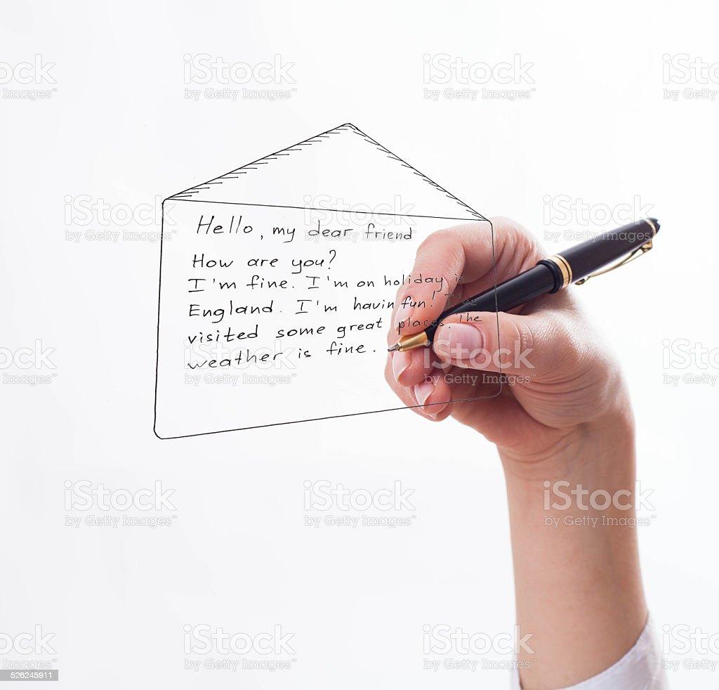 Mulher escreve uma carta escrita a mão - foto de acervo