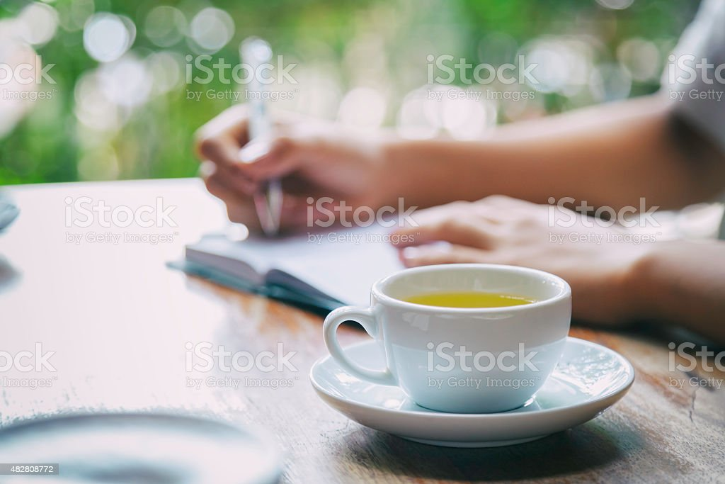 Frau, die ein Tagebuch schreiben, – Foto