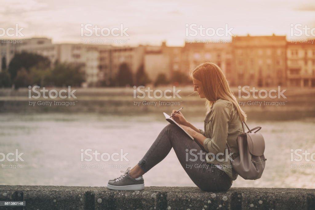 Frau in ihr Notizbuch schreiben – Foto