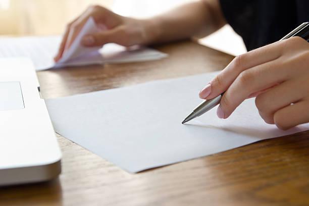 Femme travaillant avec texte - Photo