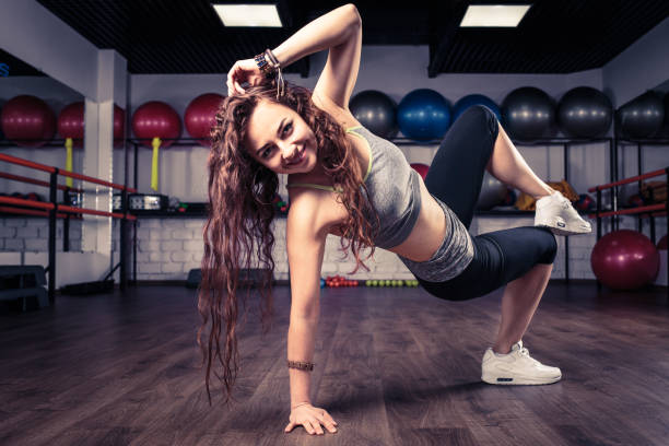 Frau Zumba Fitness Tänzer tanzen Übungen im Fitness-Studio – Foto