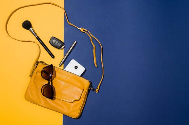 vrouw toebehoren plat lag op kleurrijke achtergrond bovenaanzicht - handtas stockfoto's en -beelden