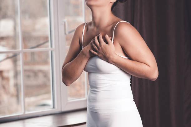 frau brust test, herzinfarkt, schmerzen in den menschlichen körper - herz lungen training stock-fotos und bilder