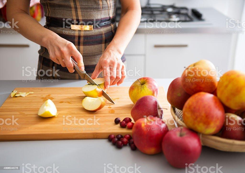 女性のエレガントな手カティングリンゴオンボード ストックフォト