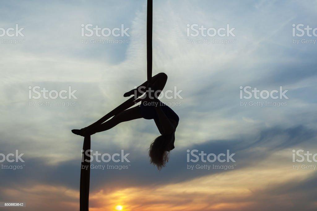 Equilibrista de la mujer está haciendo trucos. - foto de stock