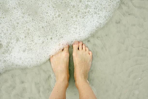 女性の足に海のビーチ - 水につかる ストックフォトと画像