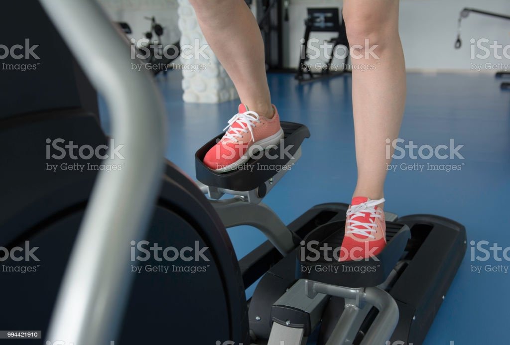Frau die Füße auf Cross-Trainer im Fitness-Studio – Foto