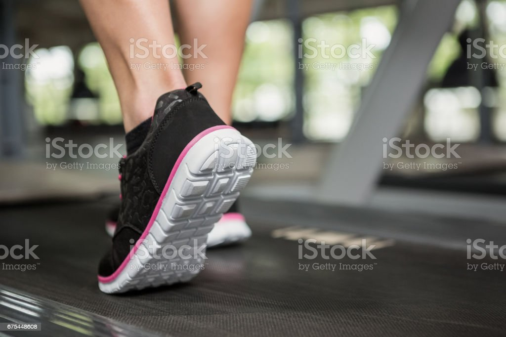 İplik fabrikası üzerinde yürürken kadının ayak royalty-free stock photo