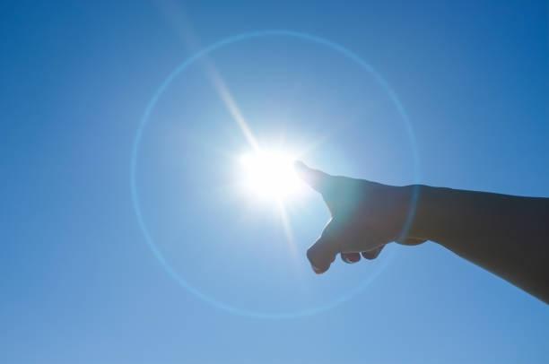 女人指著太陽的手指 - 人手指 個照片及圖片檔