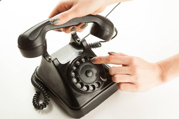 Los dedos de la mujer para marcar una época rotary teléfono - foto de stock