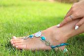 女性の足の緑の芝生