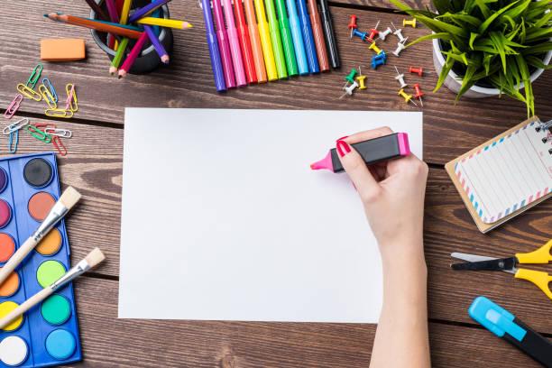frauenhand auf leeren blatt papier zeichnen. schule oder kunst hintergrund - zeichnen lernen mit bleistift stock-fotos und bilder