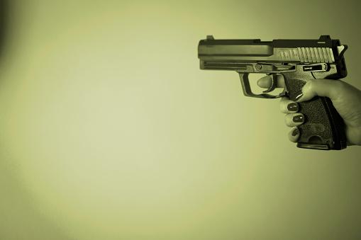 Vrouw Hand Met Automatisch Pistoolpistool Stockfoto en meer beelden van Criminaliteit