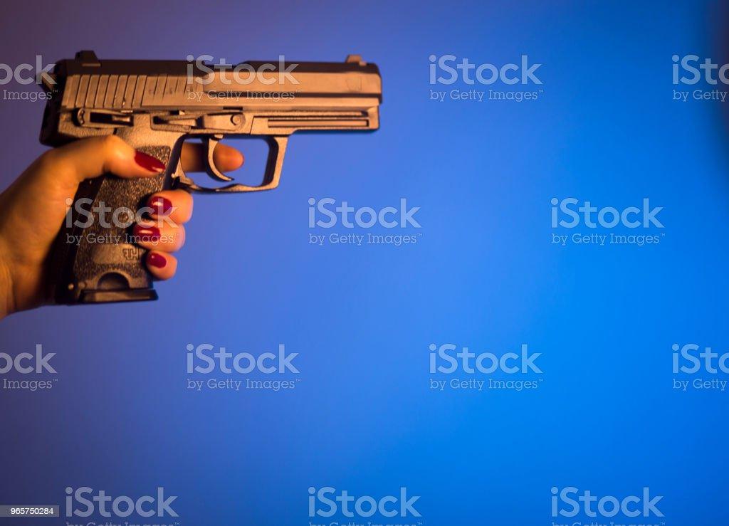 Vrouw hand met automatisch pistool-pistool. - Royalty-free Criminaliteit Stockfoto
