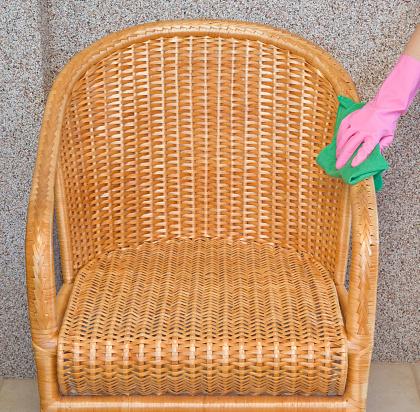 Mano de mujer en rosa goma protectora guantes limpieza - Limpieza en seco en casa ...