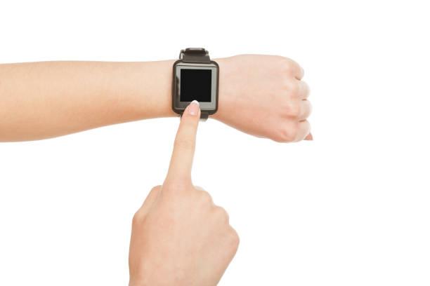 zarte frauenhand tragen smartwatch, ernte, ausschneiden - markenuhren damen stock-fotos und bilder