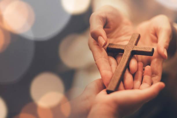 kobieca ręka z krzyżem . pojęcie nadziei, wiary, chrześcijaństwa, religii, kościoła online. - atmosfera wydarzenia zdjęcia i obrazy z banku zdjęć