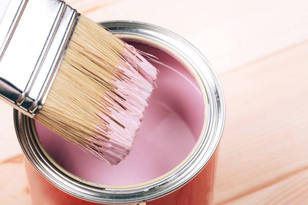 zarte frauenhand mit weißen pinsel auftragen rosa farbe auf holzmöbeln. - kunststoff behälter bemalen streichen stock-fotos und bilder