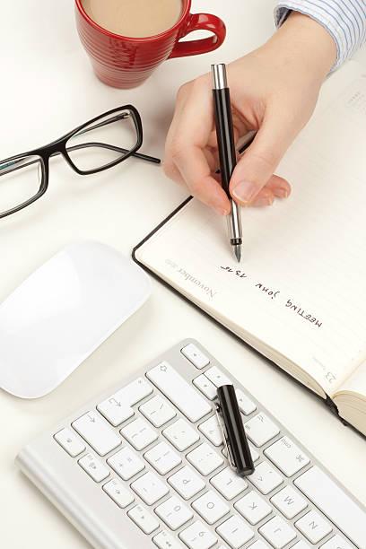 Frau Hände schreibt in einem notebook – Foto