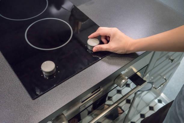 weibes hände einstellen taste für die temperatur im ofen zum kochen - geschlossene küchen stock-fotos und bilder