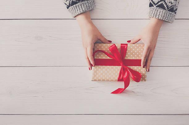hände der frau für weihnachten geschenk, in geschenk-box - winterdeko basteln stock-fotos und bilder
