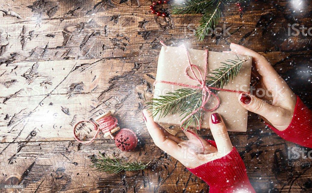 Frauenhand schenken Weihnachten – Foto