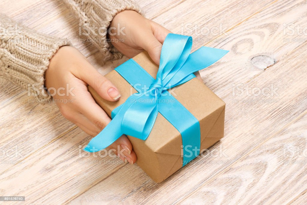 Vrouw Handen Schenken Verpakt Valentijn Vakantie