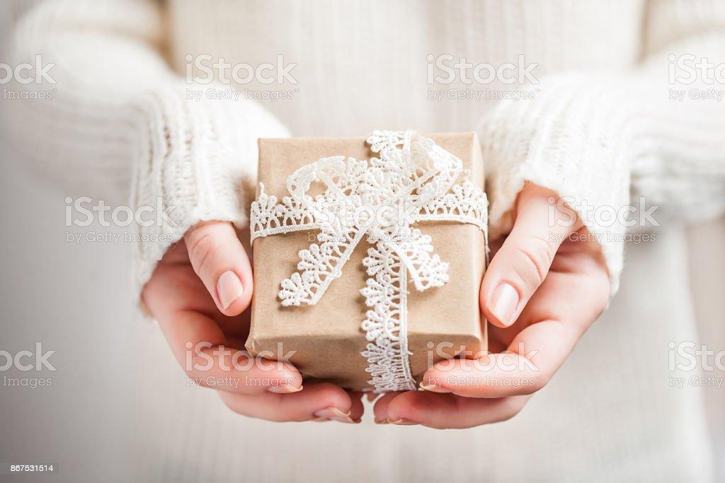 Frauenhand halten Weihnachten oder Neujahr verziert Geschenk-Box, Vintage-rustikalen Stil. Nahaufnahme – Foto