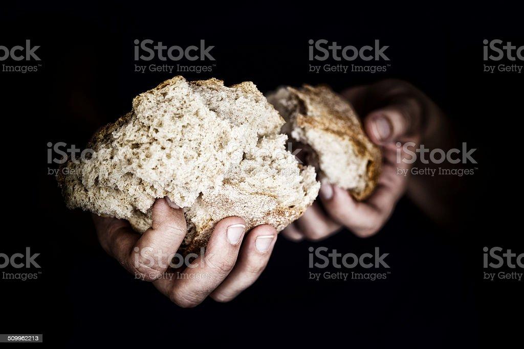Woman's Hand hält ein Stück Brot – Foto