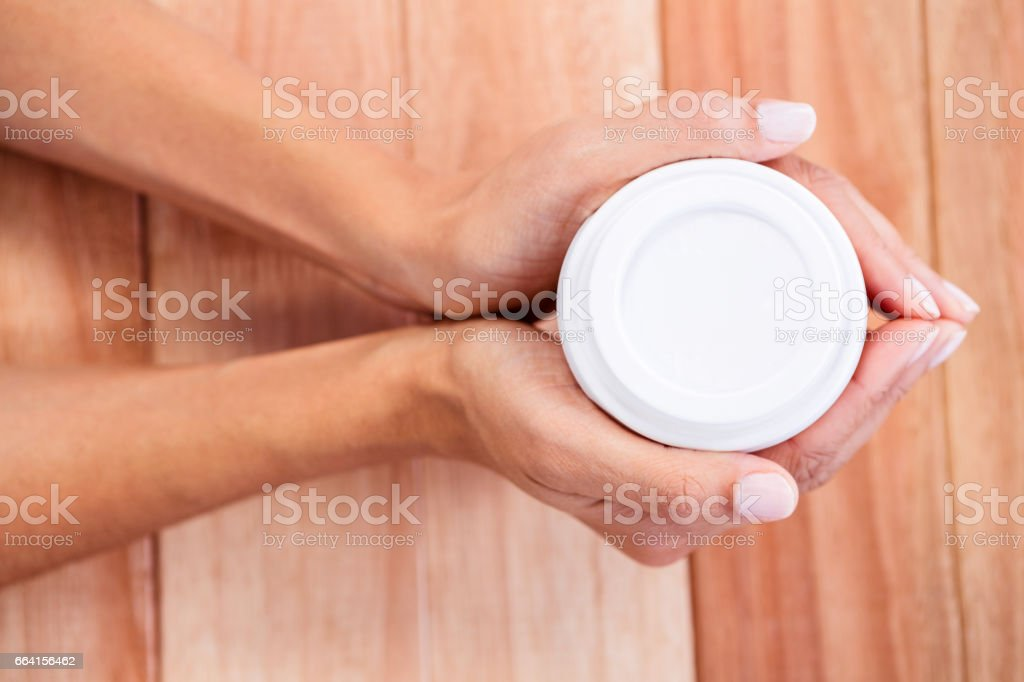 Womans hands holding cup of coffee foto stock royalty-free