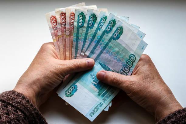 여자의 손을 잡고 러시아 루블 - 러시아 루블 뉴스 사진 이미지