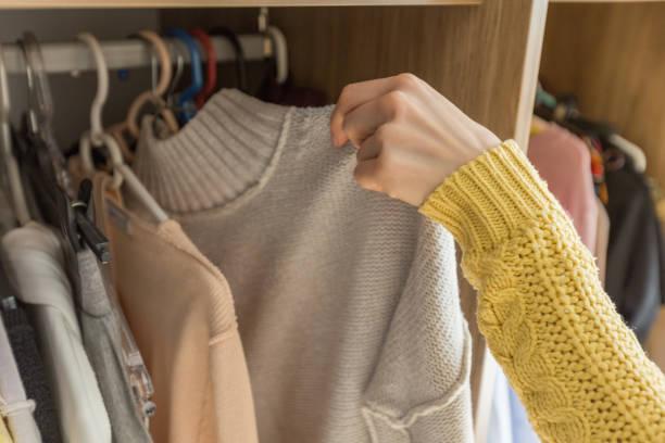 weibes hände auswahl kleidung - kleiderschrank ohne türen stock-fotos und bilder