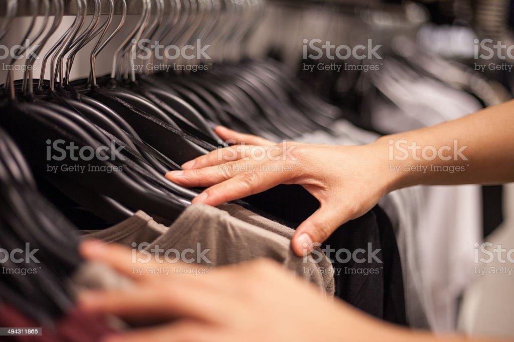 Femme mains en sélectionnant le magasin de vêtements à la mode - Photo