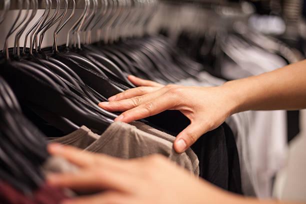 Woman's Hands selección de coágulos en tienda de moda - foto de stock
