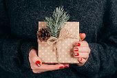 クリスマス ギフト用の箱を持つ女性の手