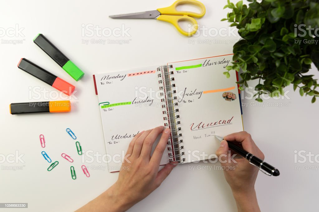 Manos de mujer con pluma de escribir en agenda. Escritorio de oficina moderno. Trabajo, concepto de escritura foto de stock libre de derechos