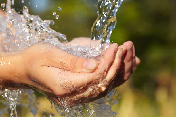 Manos de mujer con salpicaduras de agua - foto de stock