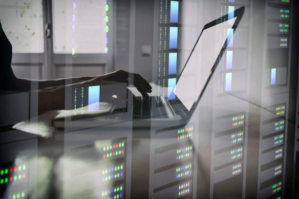 Frau Hände arbeiten auf Laptop im Rechenzentrum doppelte Belichtung – Foto