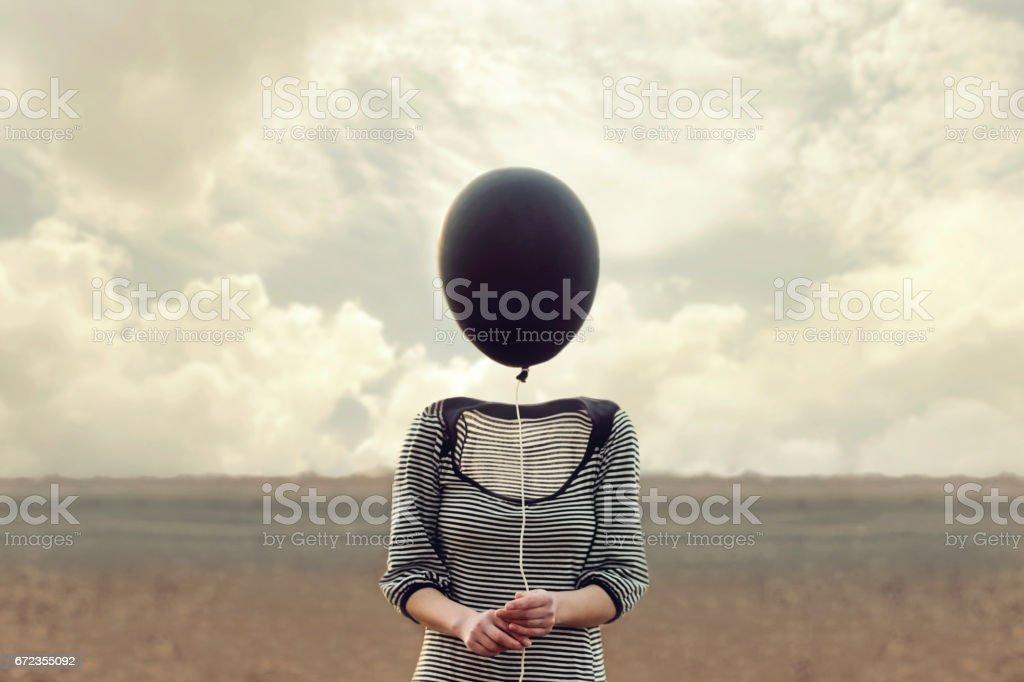 cabeça de mulher é substituída por um balão preto - foto de acervo