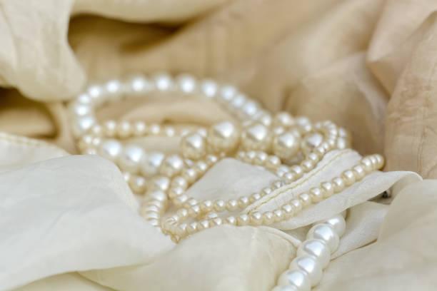 Frau Schmuck. Antike Perlenketten. – Foto