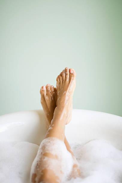 Frau Beine und Füße in der Badewanne mit Blasen – Foto